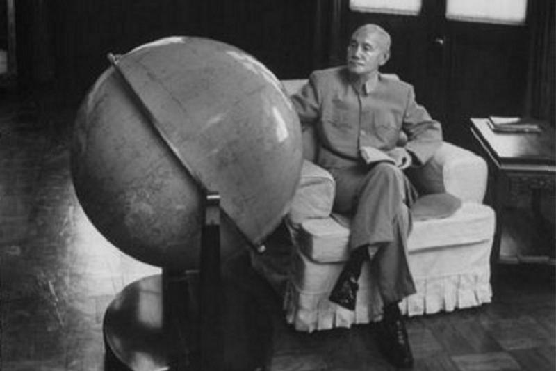 據說,蔣介石晚年常盯著巨大的地球儀。