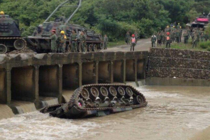 陸軍564旅今天進行漢光演習預演時,一輛戰車翻覆入網紗溪,4名軍官與士兵命危,已緊急送往恆春南門醫院及旅遊醫院。(讀者提供)