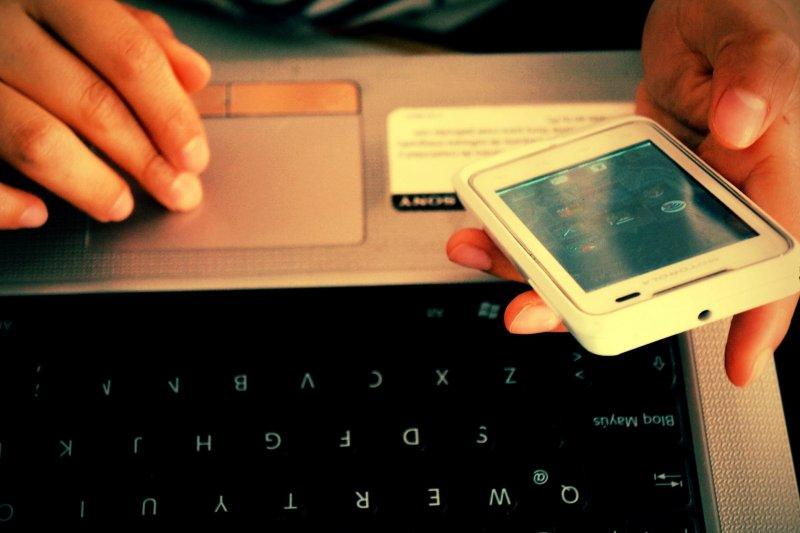 現代社會人手一機、取得網路方便,使人們易於分心,且上網時間普遍過長,甚至造成生產力下降的問題。(圖/Esther Vargas@Flickr)