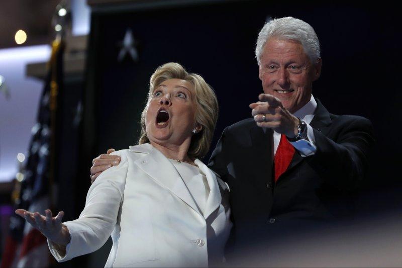 美國前總統柯林頓承認性醜聞,成了太太、民主黨總統候選人希拉蕊抹不去的傷痛。(美聯社)