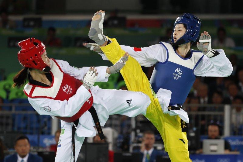 台灣跆拳道選手黃懷萱(左)對上中國女將吳靜鈺(右)。(美聯社)