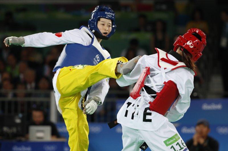 台灣跆拳道選手黃懷萱(右)對上中國女將吳靜鈺(左)。(美聯社)