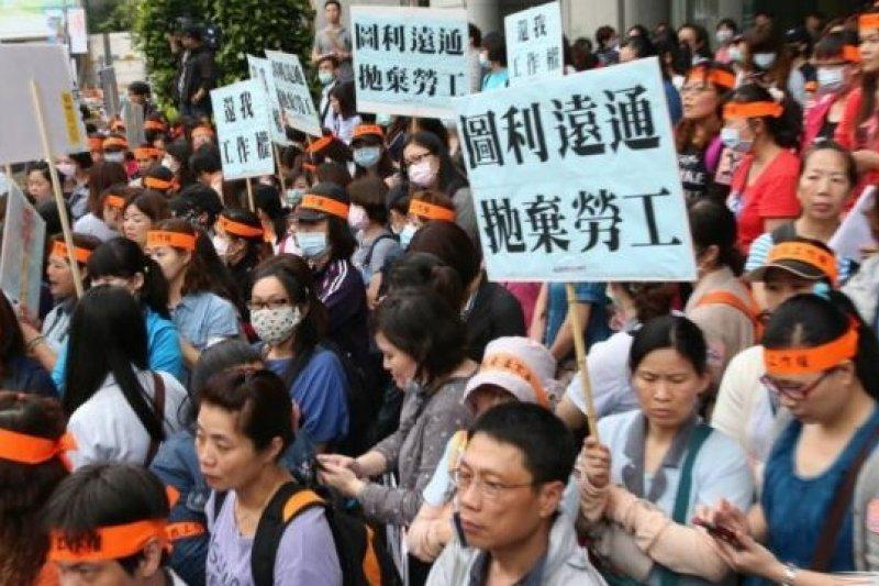 國道收費員失業後未被安置,上午到交通部抗議並攻入交通部大廳靜坐。(吳逸驊攝)