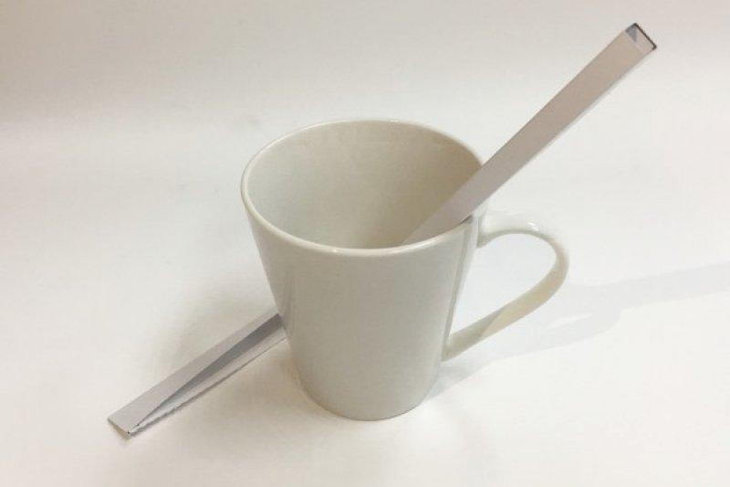 摺疊紙吸管取代傳統塑膠吸管,沿著虛線拆開包裝,輕輕按壓,即可做出柱狀的紙吸管,環保又方便。(台科大提供)