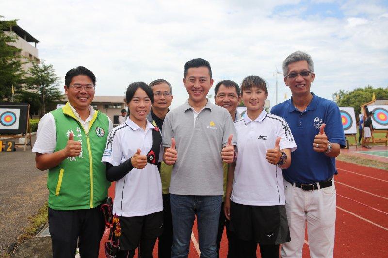 林智堅市長盃射箭錦標賽開幕,並邀請奧運選手譚雅婷(左二)及林詩嘉(右二)為比賽開箭。(新竹市政府提供)