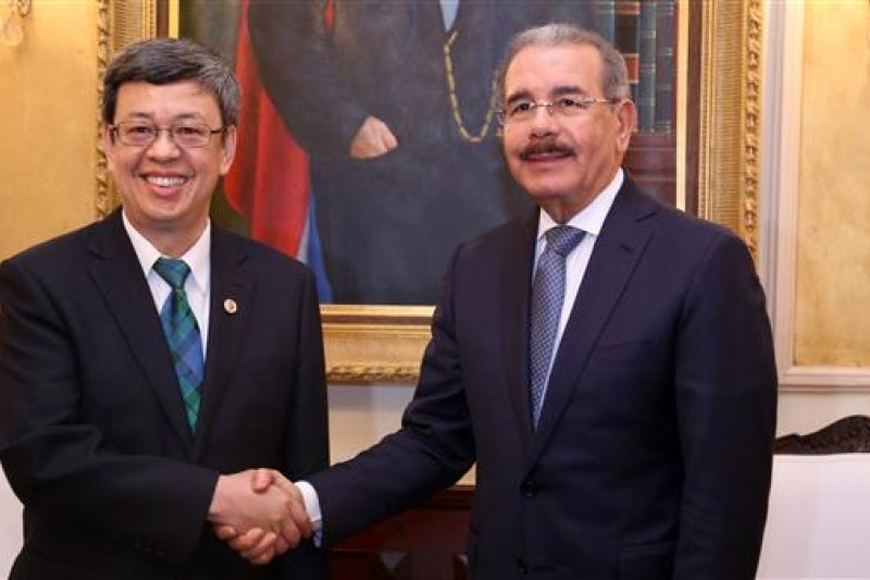 副總統陳建仁(左)在結束多明尼加「仁翔專案」後,再度取道紐約過境停留。(圖片取自總統府)