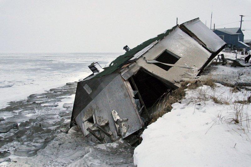 全球暖化導致冰川融化,美國阿拉斯加的海岸線因而遭到嚴重侵蝕,居民被迫遷居。(美聯社)