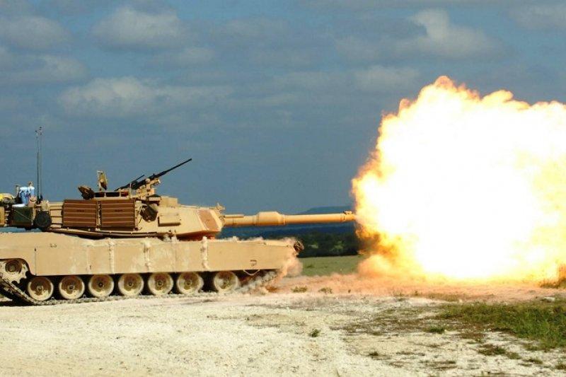 陸軍原計畫對美採購M1A2主戰車(見圖)案已遭國防部擱置暫緩,認為其已不符合國軍防衛作戰需求。(資料照,新浪軍事)