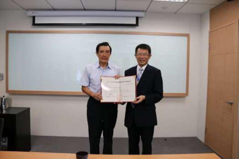 東吳校長潘維大親自交予前總統馬英九榮譽教授聘書。(圖取自東吳大學網站)