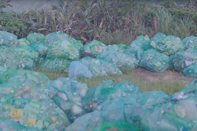 觀光客在蘭嶼留下大量垃圾,造成生態危機,蘭嶼鄉公所計畫向每位入島遊客收取200至250元不等的「生態捐」,作為環境保護的經費來源。(取自Kasiboan 咖希部灣Youtube影片)