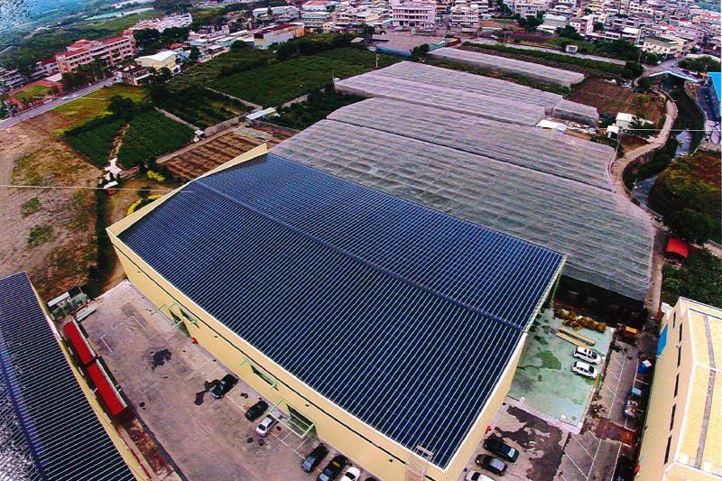 經濟部能源局日前公布明年度再生能源躉購價格,其中小屋頂太陽光電、也就是1至20kw的容量級距,費率竟大砍11.77%,讓每度電收購價僅5.3848。(資料照,高雄市工務局提供)
