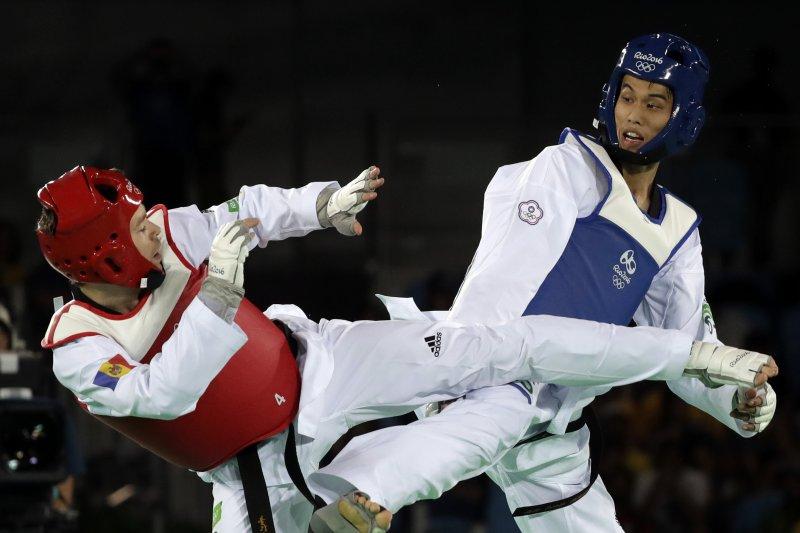 台灣劉威廷在跆拳道80公斤級賽事成功踢走世界第一。(美聯社)
