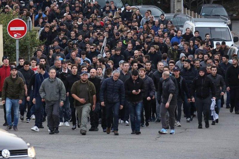 去年12月,數百位科西嘉島民參與抗議遊行,要求伊斯蘭教徒離開科西嘉島。(美聯社)