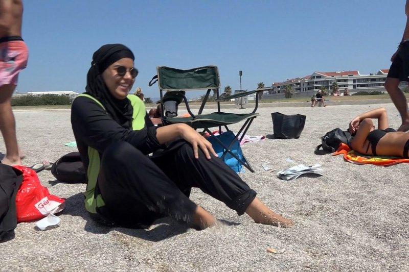 一名穆斯林女性穿著全包式「布基尼」泳裝(burkini)(美聯社)