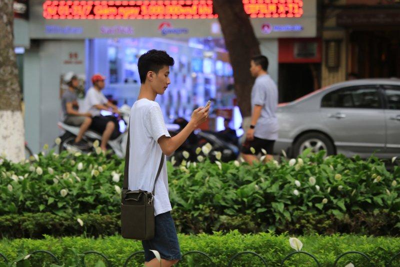 手機遊戲《精靈寶可夢GO》熱潮風靡全球但干擾亦隨之而來,海牙市政府為此狀告任天堂「擾亂社會治安」。(資料照片,美聯社)