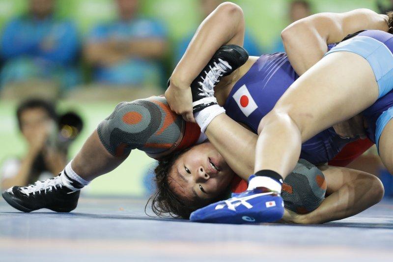 日本選手川井梨紗子在金牌戰與對手苦鬥。(美聯社)