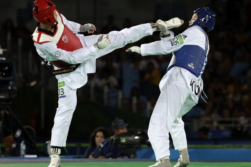 莊佳佳(左)對戰哈薩克選手詹賽爾・丹尼茲(Cansel Deniz)。(美聯社)