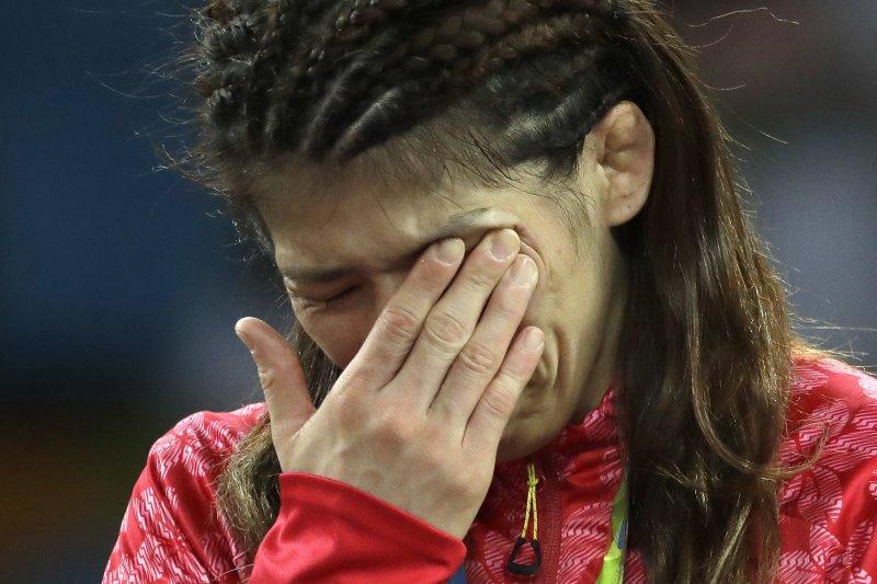 日本三屆奧運女子角力金牌吉田沙保里在里約奪金戰敗退後,難過落淚。(美聯社)