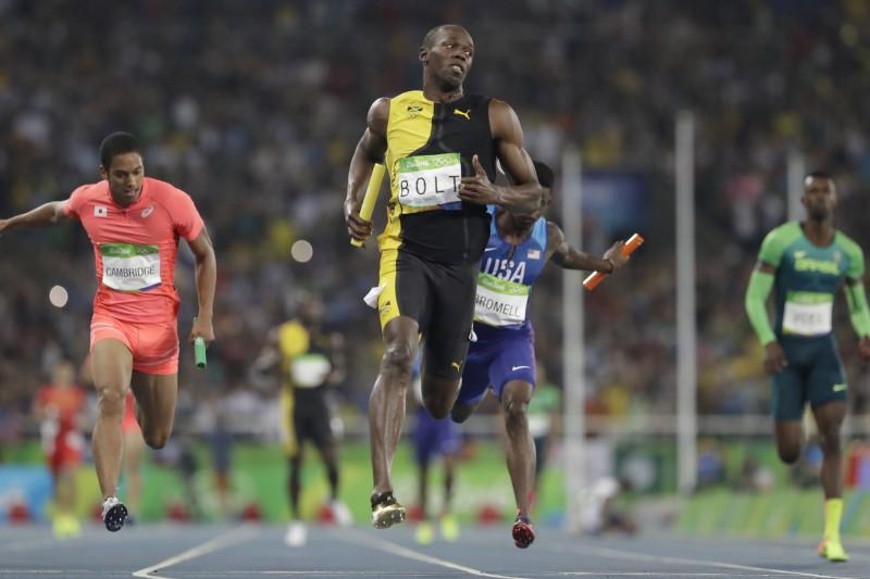 博爾特在里約奧運男子400公尺接力一馬當先,其他選手只能在後頭苦苦追趕。(美聯社)