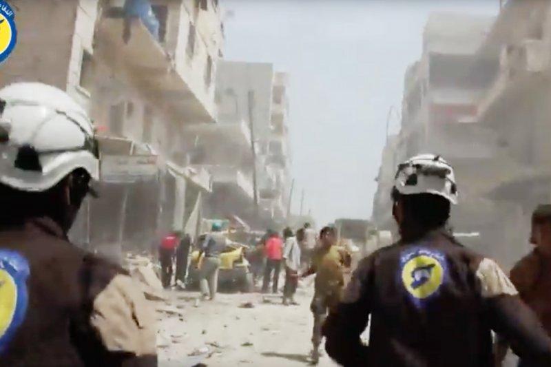 頭戴白盔、在戰地出生入死的敘利亞民防隊(Syrian Civil Defense)。(AP)