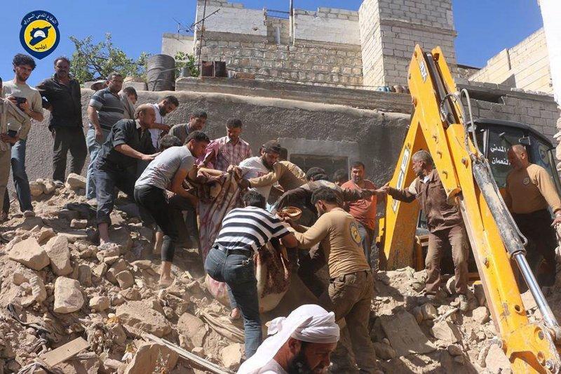 戰火四起,圖為頭戴白盔、在戰地出生入死的敘利亞民防隊(Syrian Civil Defense)。(AP)