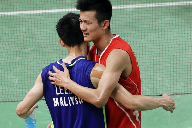中國球王諶龍(右)擊敗大馬球王李宗偉,勇奪里約奧運羽球男單金牌(AP)