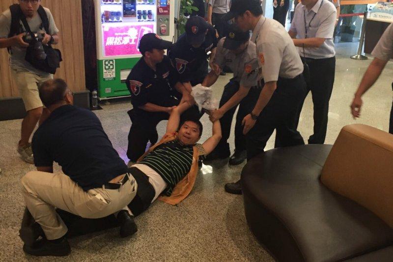 上海市統戰部長沙海林來台參加雙城論壇,台聯到機場抗議,並遭警方拖離。(台聯青年軍提供)