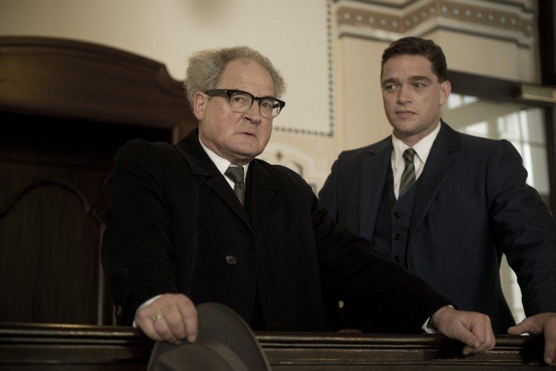 促使德國真正重視納粹歷史的法官鮑爾,圖為飾演鮑爾的德國影帝布卡克萊斯納。(安可電影)