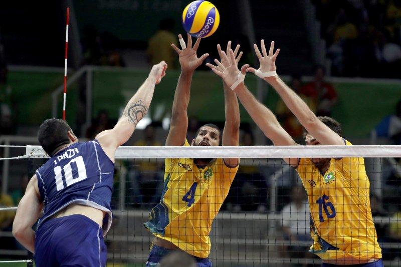 義大利的蘭薩(Filippo Lanza)在巴西球員的封阻下殺球。(美聯社)