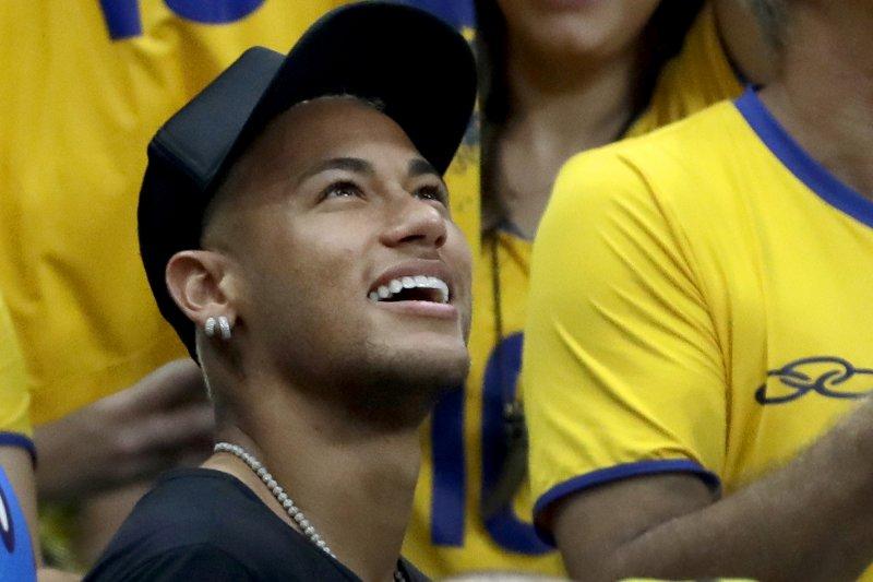 巴西足球一哥內馬爾在奪得奧運金牌後,一身便裝在場邊觀看男排金牌戰。(美聯社)