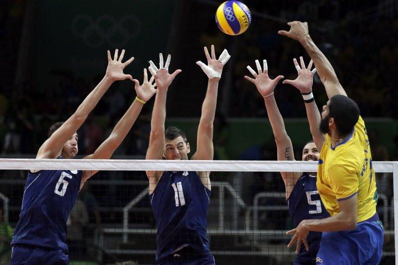 巴西的索薩(Wallace de Souza)殺球,義大利動用三人在網上試圖攔截。(美聯社)