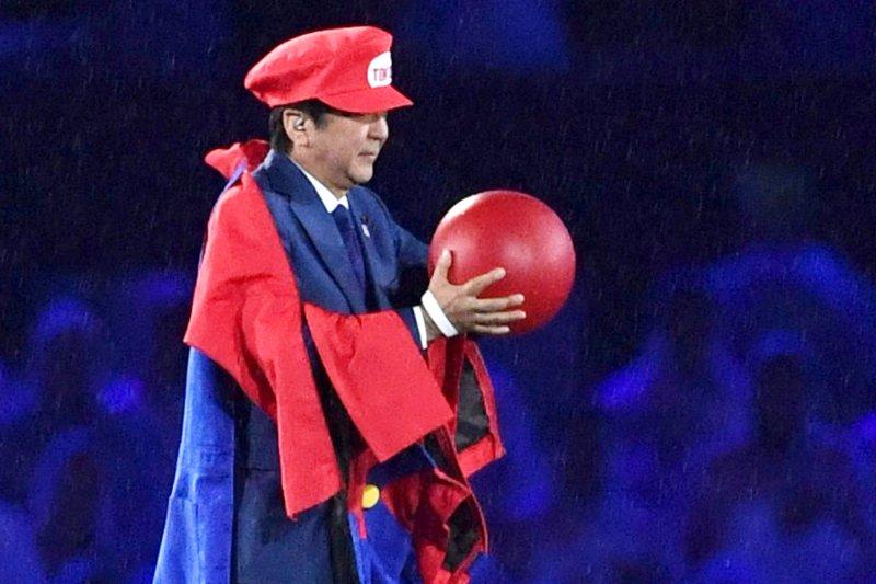 日本首相安倍晉三扮成電玩明星瑪利歐參與里約奧運閉幕活動。(美聯社)
