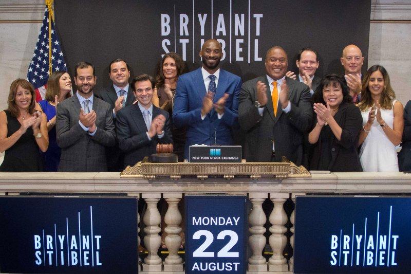 美國NBA退役球星布萊恩(Kobe Bryant,中)成立1億美元規模的創投公司。(美聯社)