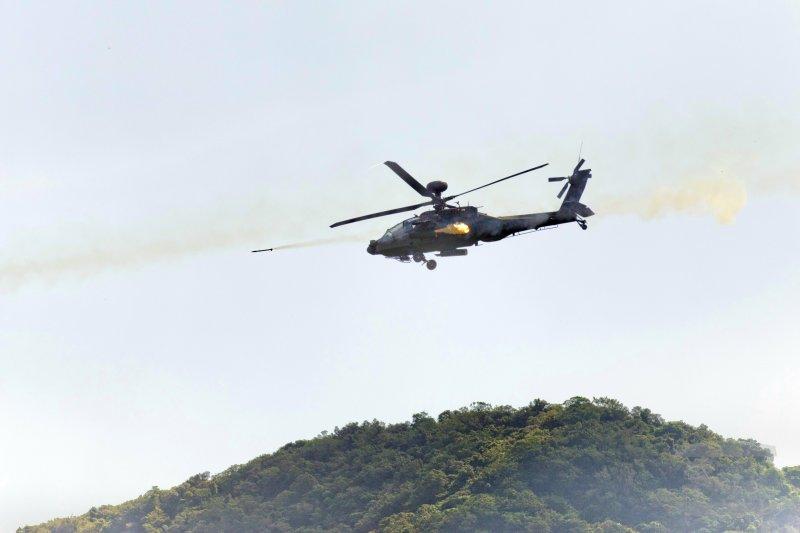 「漢光32號」軍演,「聯勇105-8號操演」陸航AH-64E阿帕契直昇機發射2.75吋火箭彈實施掩護攻擊(軍聞社)