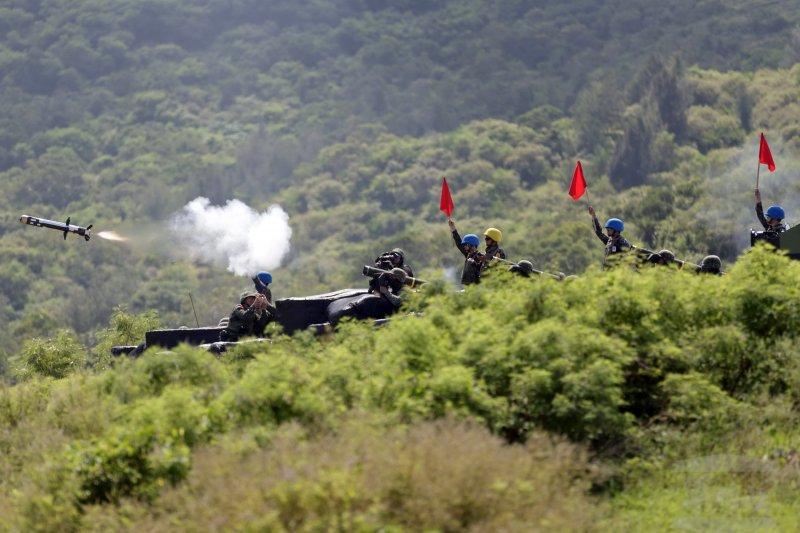陸軍裝甲564旅23日在三軍聯訓基地進行實彈測考,官兵以標槍飛彈,對敵裝甲兵力實施射擊,精準命中目標。(軍聞社)