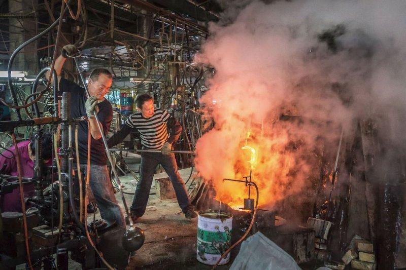 玻璃師傅下班後,每夜守著窯爐的是司爐人,替明日的訂單與生意默默的守護著。(翁子恒攝影,行人文化實驗室提供)