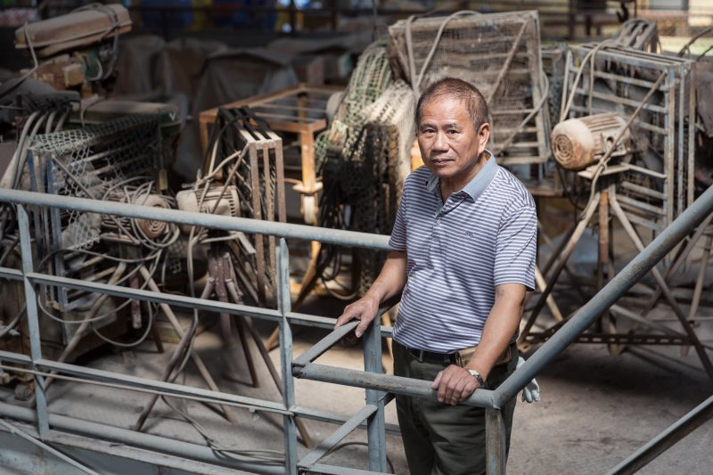 利銓玻璃老闆邱文虎一生與玻璃相緊繫,看台灣玻璃產業起落。(翁子恒攝影。行人文化實驗室照片提供)