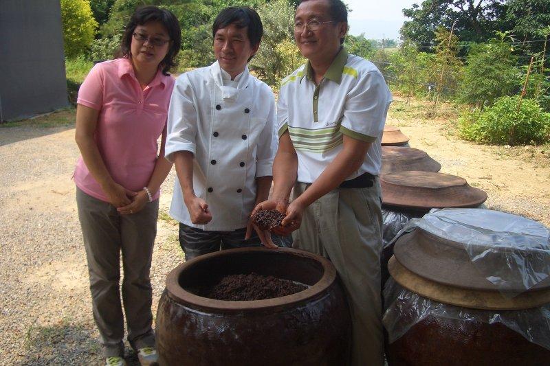 憨人製造出的醬油,天然甘醇,吸引吳寶春親臨拜訪釀造廠。(圖/桃米泉醬油提供)