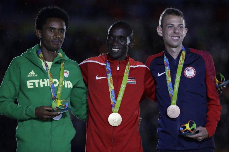 衣索比亞選手利勒沙(Feyisa Lilesa,左)勇奪里約奧運馬拉松銀牌。(美聯社)