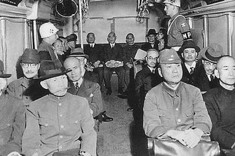 警備車中的甲級戰犯。(圖取自維基百科)