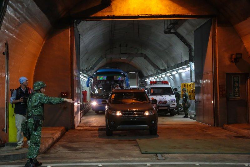 「漢光32號」第三戰區軍演24日凌晨於雪山隧道實施,並利用雪隧內車行連絡道預屯補給品。(顏麟宇攝)