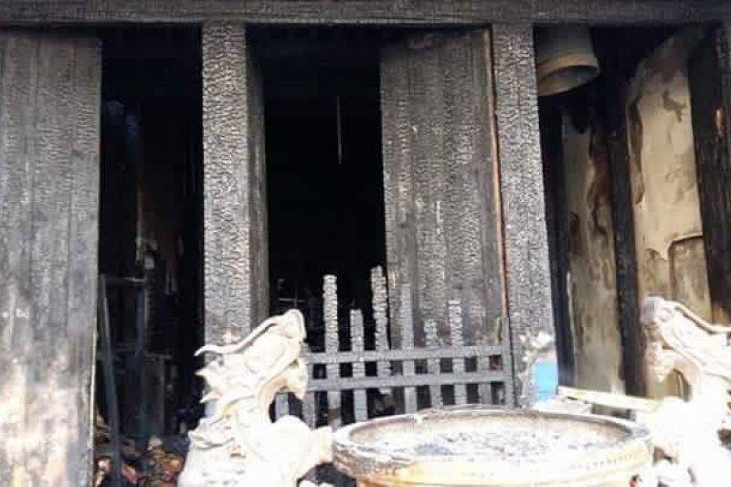 鹿港鳳山寺在24日清晨發生大火,寺內珍貴古蹟付之一炬。(取自爆料公社臉書)