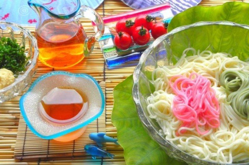 麵線,以小麥粉為原料製成,屬細麵的一種,包含日本在內的東亞國家經常食用。日本夏天的象徵—麵線。這篇要為您介紹流水麵線。(圖/MATCHA)
