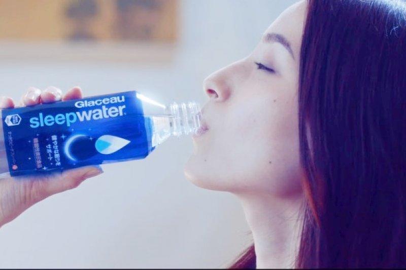 助眠飲料到底是那些成分讓我們能夠好好睡?就讓營養師來分析告訴我們,這種飲料會不會成為新一代「犯罪神器」。(取自youtube)