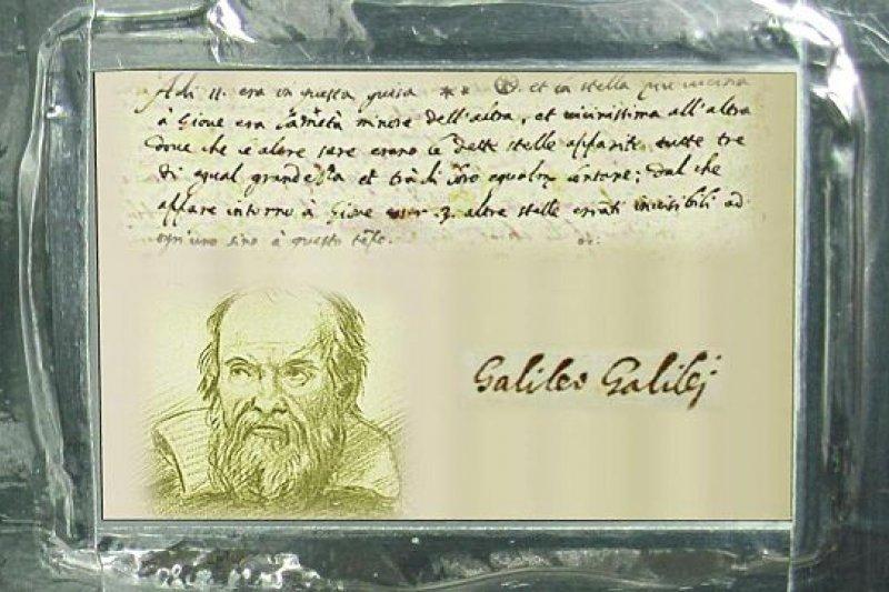 NASA 航向木星的太空船朱諾號(Juno)攜帶了義大利太空署提供的伽利略鋁質紀念牌,上面鐫刻有伽利略自畫像及他發現木星衛星的親筆記錄。(取自Wikipedia)