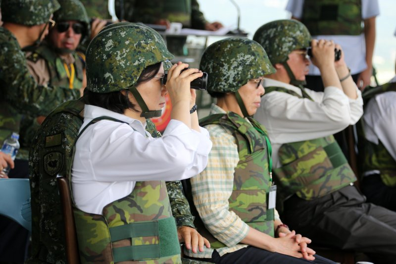 蔡英文總統前往屏東三軍聯訓基地漢光演習。(軍聞社)