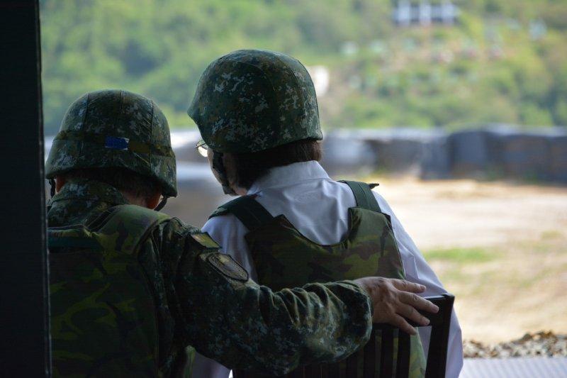 漢光演習,軍方特別由負責這次操演任務的陸軍八軍團指揮官季連成中將,擔任首位女統帥身旁的說明官。(吳明杰攝).JPG