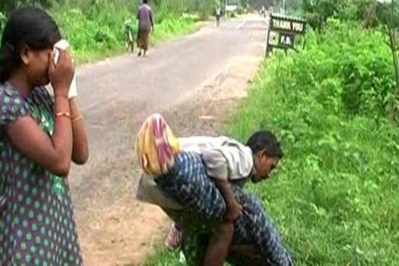 印度男子馬吉希(Dana Majhi)在妻子於醫院過世後,扛著她的遺體走了12公里,女兒則跟著邊走邊哭。(取自網路)