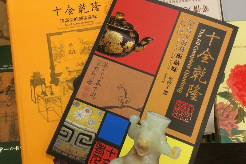 故宮「品牌的故事—乾隆皇帝的文物收藏與包裝藝術特展」,不只展示乾隆收藏文物,也呈現裝載文物的木匣、布。(資料照,故宮提供)