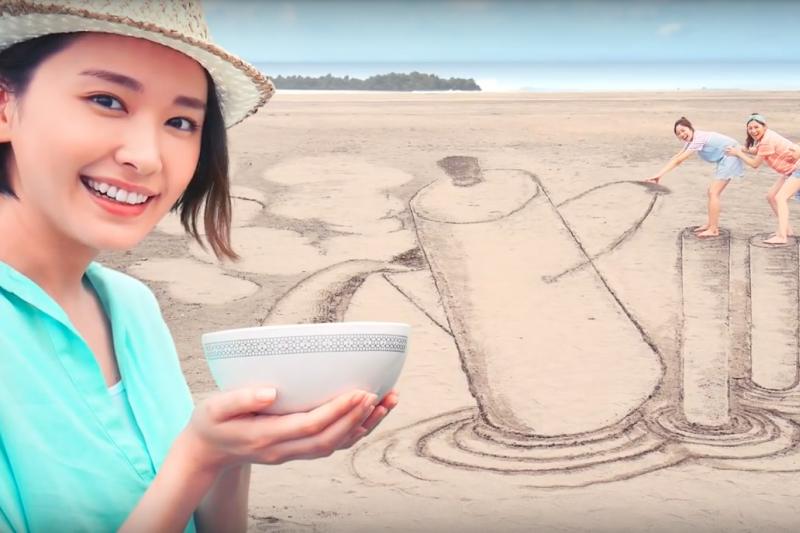 夏日吃泡麵可以輕鬆省時又精緻,像是惡作劇一般的料理方式,有沒有勾起你的興致啊?(圖/Rick Chung@Youtube)